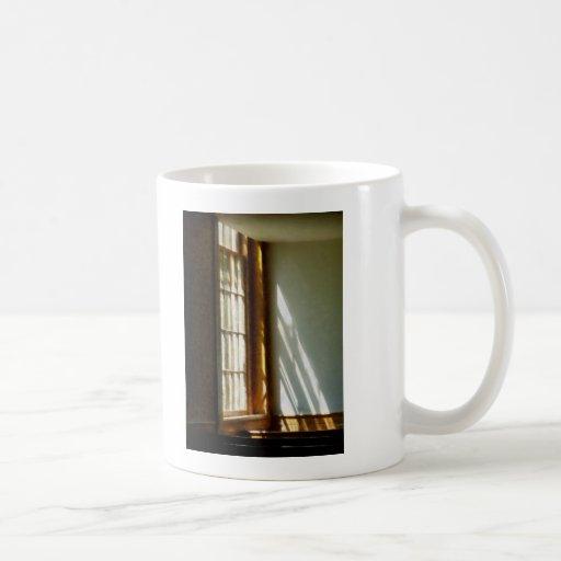 Sun que fluye a través de ventana tazas de café