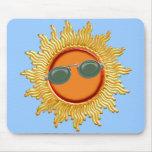 Sun radiante con las gafas de sol tapete de raton