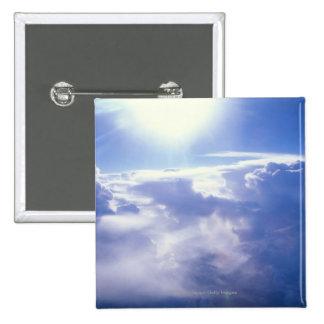 Sun shinning a través de las nubes pin cuadrada 5 cm