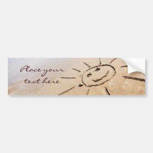 Sun sonriente en la playa etiqueta de parachoque