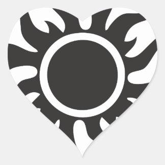 Sun tribal negro pegatina en forma de corazón