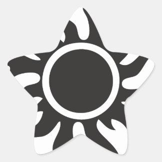 Sun tribal negro pegatina en forma de estrella
