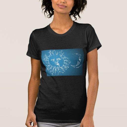 Sun y azul y blanco de la luna camiseta
