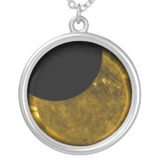 Sun y collar de la luna