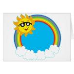 Sun y guirnalda del arco iris con las nubes felicitacion
