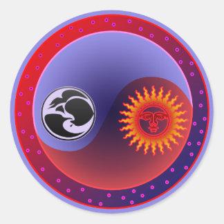 Sun y luna en equilibrio etiqueta redonda