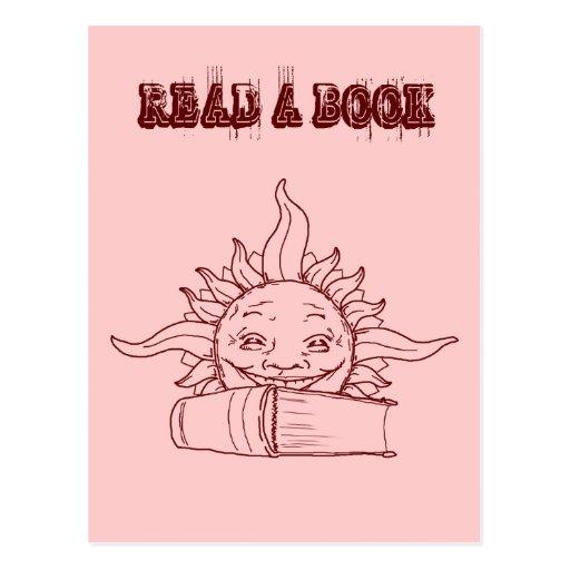 Sun y un libro tarjeta postal