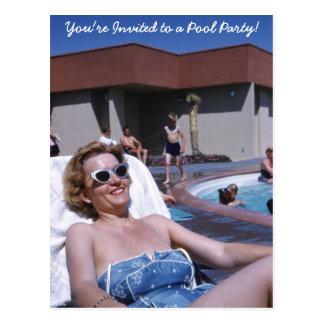 Sunbather hermoso de la mujer del vintage en traje postal