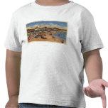 Sunbathers y nadadores en paseo marítimo y la camisetas