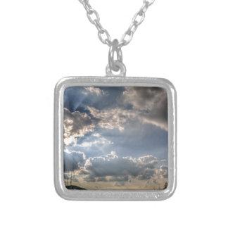 Sunray a través de las nubes colgante cuadrado
