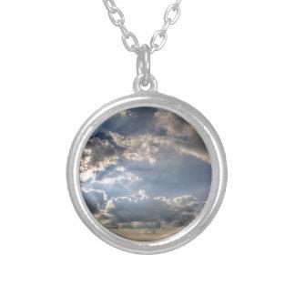 Sunray a través de las nubes colgante redondo