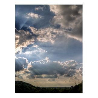 Sunray a través de las nubes postales