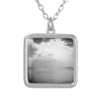 Sunrays dispersados por las nubes sobre la bahía colgante cuadrado