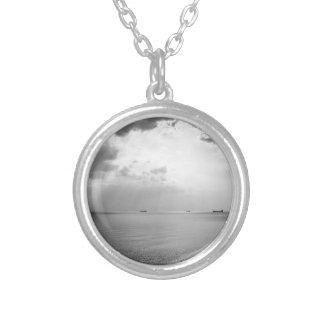 Sunrays dispersados por las nubes sobre la bahía colgante redondo