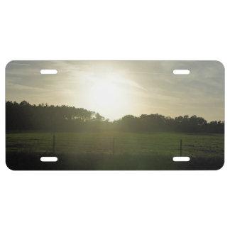 Sunrays en un camino trasero placa de matrícula