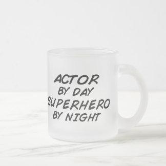 Super héroe del actor por noche taza de cristal