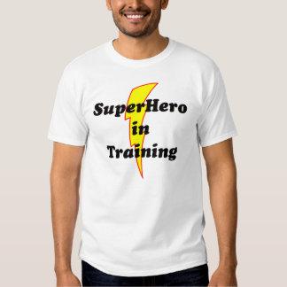 super héroe en el entrenamiento camisas