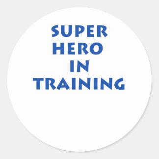 Super héroe en el entrenamiento pegatina redonda