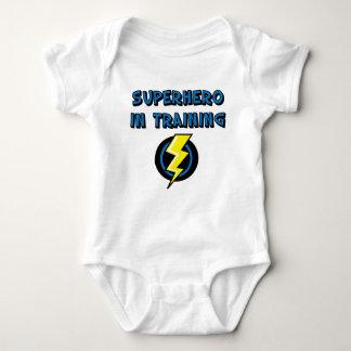 Super héroe en el entrenamiento tee shirt