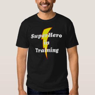 super héroe en el entrenamiento playeras
