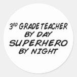 Super héroe por la noche - 3ro grado pegatinas redondas