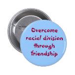 Supere la división racial con amistad pins