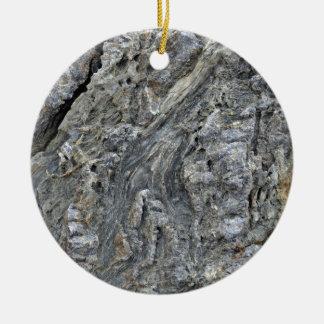 Superficie agrietada de la roca con los modelos ir ornamentos de reyes