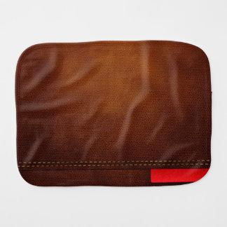 Superficie de cuero de Brown con la etiqueta roja Paños Para Bebé