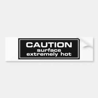 Superficie de la precaución extremadamente calient etiqueta de parachoque