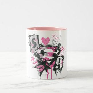 Supergirl derrama y garabatea el collage taza de café de dos colores