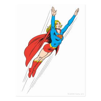 Supergirl se eleva arriba postal