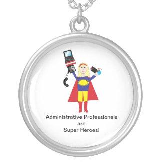 Superhéroes administrativos de los profesionales collar plateado