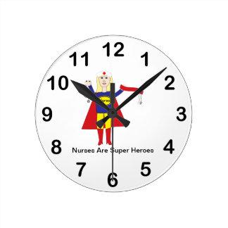 Superhéroes de las enfermeras (rubios) reloj redondo mediano