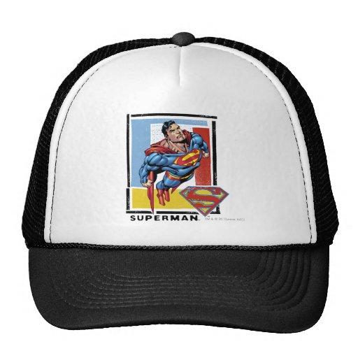 Superhombre con el fondo colorido gorro de camionero