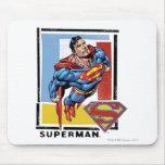 Superhombre con el fondo colorido mouse pads