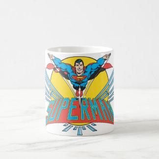 Superhombre con las letras tazas de café
