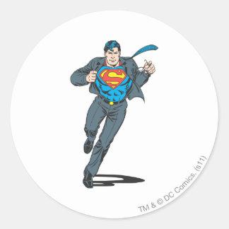 Superhombre en atuendo del negocio pegatina redonda