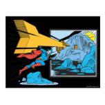 Superhombre que hace un túnel en roca postal