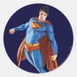 Superhombre que mira abajo etiquetas redondas