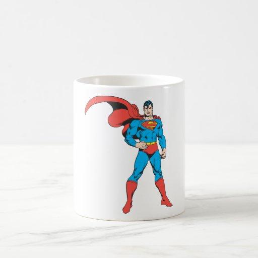 Superhombre que presenta 2 taza básica blanca