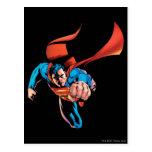 Superhombre que se mueve adelante postal