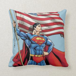 Superhombre que sostiene la bandera de los cojín decorativo