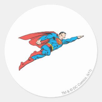 Superhombre que vuela a la derecha pegatina redonda