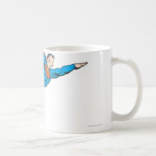 Superhombre que vuela a la derecha tazas de café