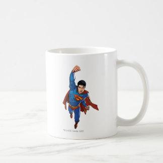 Superhombre que vuela adelante taza de café