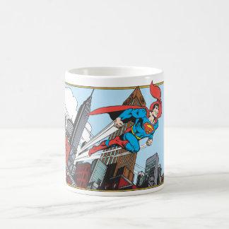 Superhombre y rascacielos taza de café