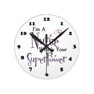 Superpotencia de la enfermera reloj redondo mediano