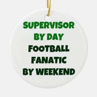 Supervisor del fanático del fútbol del día por fin adorno navideño redondo de cerámica
