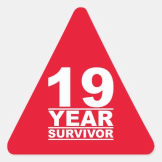 superviviente de 19 años pegatina triangular