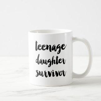 Superviviente de la hija adolescente taza de café
